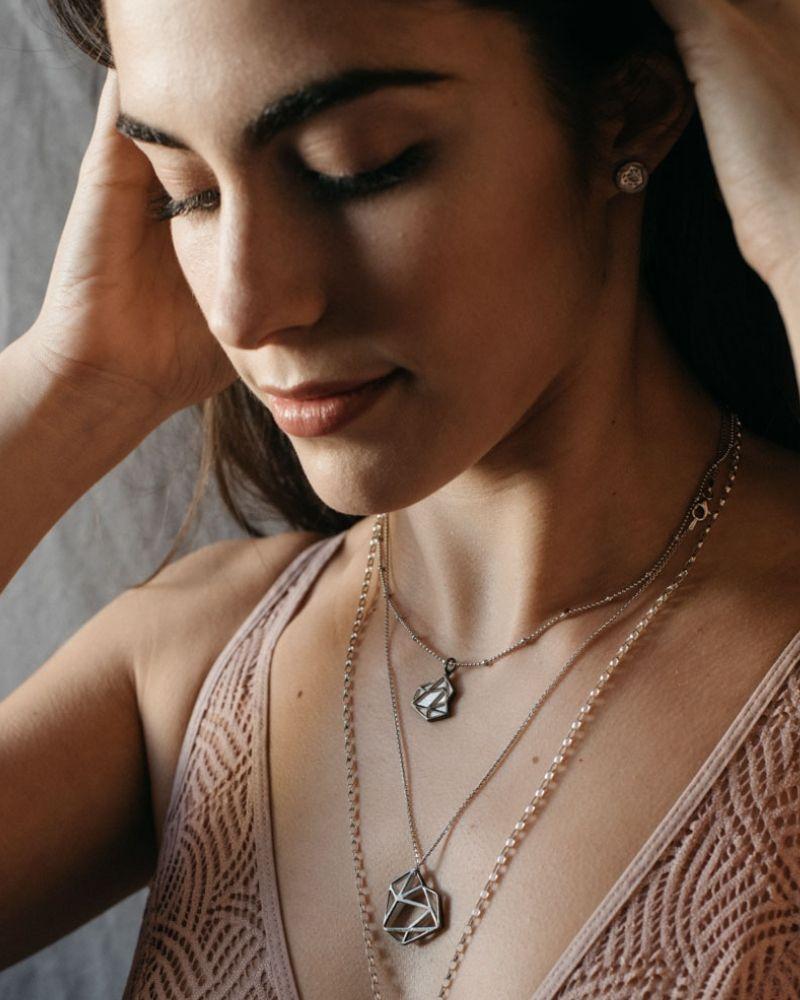 Colgante de Oro Negro Cayetana_Plata Sostenible Fairmined_NEHCAA Jewelry