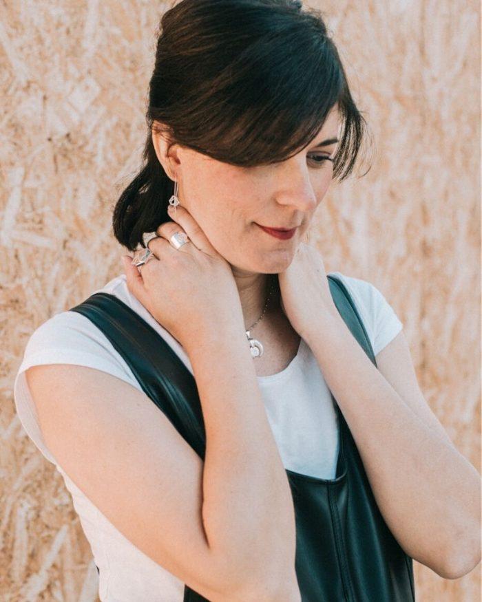 Pendientes-de-hilo-de-plata-Cristina_Luz-de-Nehca_modelo